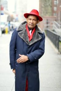 Uomo con cappello rosso