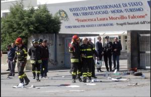 La scuola di Brindisi colpita dall'attentato dinamitardo