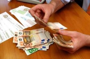 Un operatore bancario conta i soldi