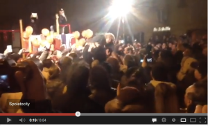 Grillo che fa crowd surfing