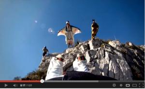 Red Bull salto con la tuta alare
