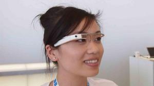 Una modella con Google Glass