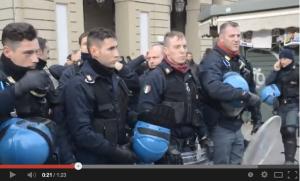 Poliziotti che si tolgono il casco