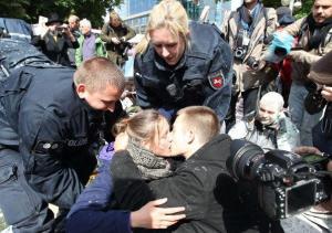 Bacio davanti alla BCE a Francoforte