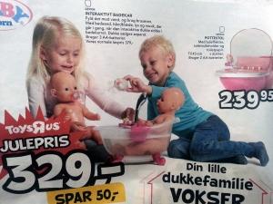 Bimbe e bimbi che accudiscono una bambola