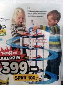 Bimba e bimbo che giocano con le automobiline
