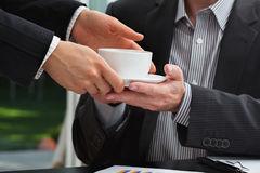 Dipendente che serve il caffè al capo