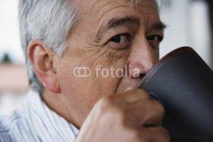 Uomo che beve il caffè