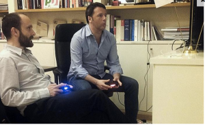 Renzi gioca alla playstation 1